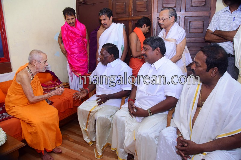 puducherry-cm-narayanasamy-visits-krishna-temple-03