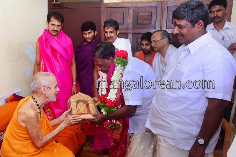 puducherry-cm-narayanasamy-visits-krishna-temple-04
