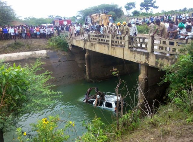 car-canal-engg-students-drown