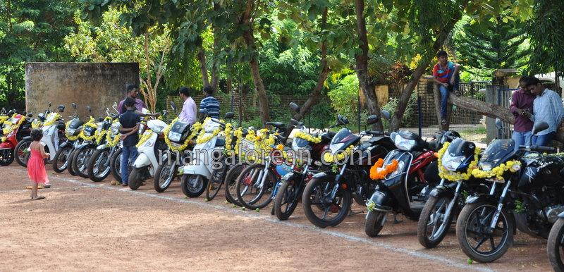 dist-police-ayudha-pooja-20161010-01