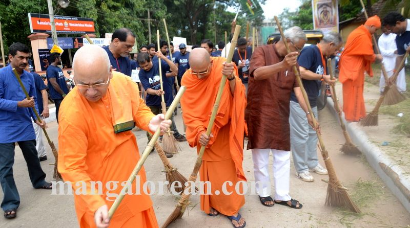 image013ramakrishna-mission-swacch-mangaluru-20161002-013