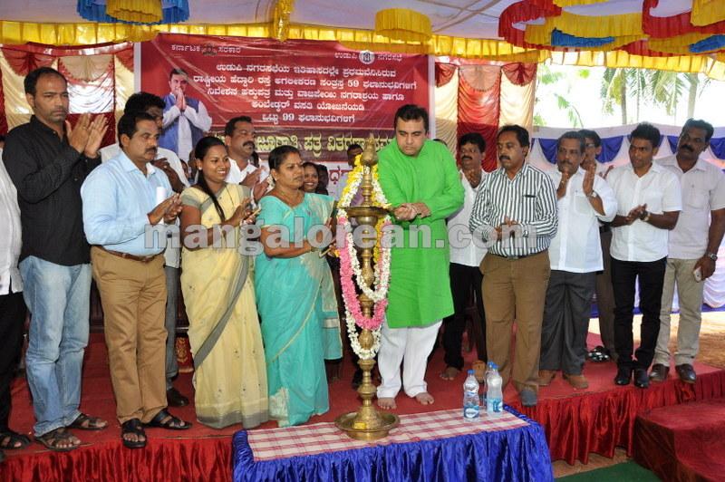 title-deeds-distribution-pramod-madhwaraj-udupi-20161005-08