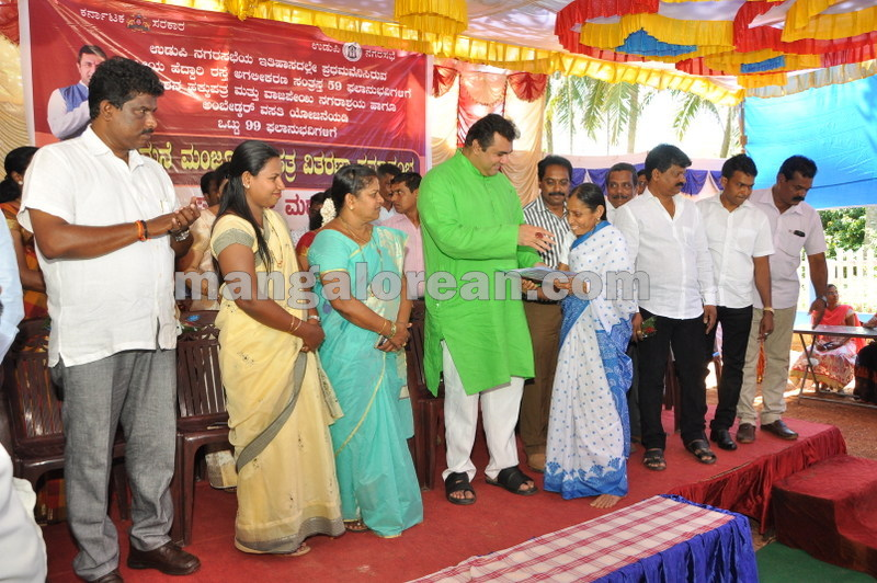 title-deeds-distribution-pramod-madhwaraj-udupi-20161005-15