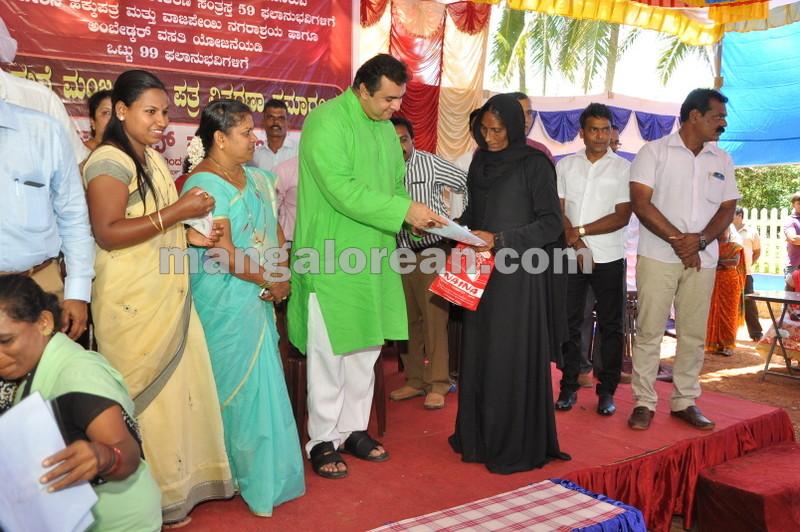 title-deeds-distribution-pramod-madhwaraj-udupi-20161005-18