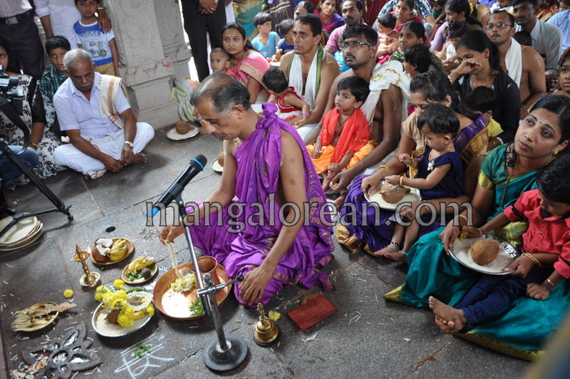 vijayadashami-marks-vidyarambham-ambalpadi-temple-20161011-08